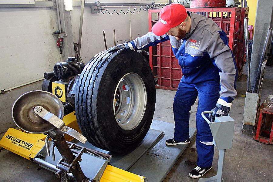 снятие грузовой шины с диска