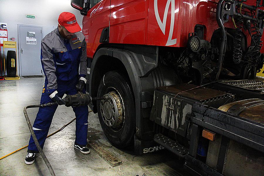снятие колеса с грузовика